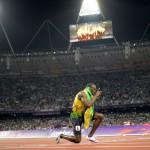 Usain Bolt célèbre un nouveau record du monde pour la Jamaïque en 4x100 mètres
