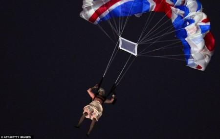 """Le saut en parachute de """"la reine d'Angleterre"""" (un acteur) à l'ouverture des JO de Londres"""
