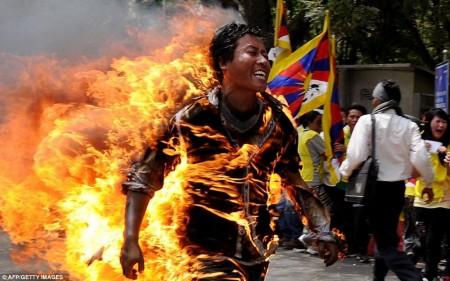 Jamphel Yeshi, un tibétain de 27 ans, s'est enflammé pour protester contre la visite du président Chinois en mars dernier