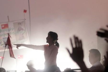 Aung San Suu Kyi s'adressant à ses partisans pendant la campagne électorale