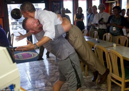 En floride, dans le mois de septembre, le président Obama enlacé fortement par un partisan