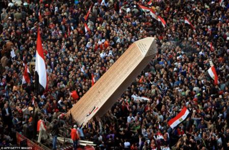Un obélisque affichant les noms des morts pour le peuple égyptien en janvier