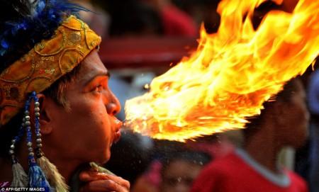Un cracheur de feu aux Philippines à la veille du nouvel an Chinois en janvier dernier