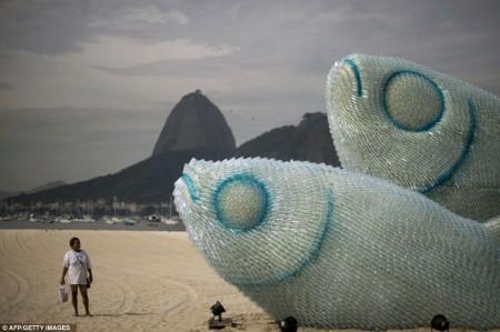 Une sculture de bouteilles en plastique à Rio de Janeiro en janvier