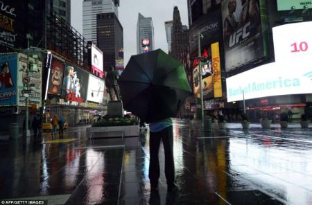 Un touriste, seul au milieu de Times Square, quelques heures avant la tempête