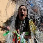 Une jeune slovaque habillée en costume traditionnel pendant un rituel de la jeunesse