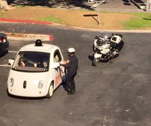 Google Car arrêtée par un policier